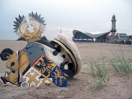 Wappen und Sommercouleur am Strand von Warnemünde